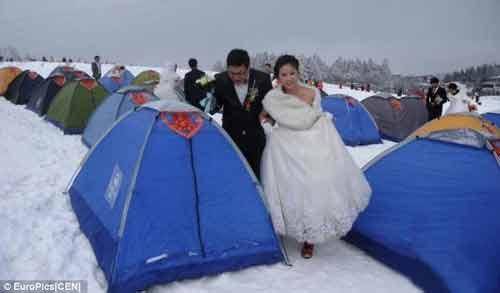 """Đám cưới """"cổ tích"""" của 30 cặp đôi giữa trắng trời tuyết - Ảnh 3"""