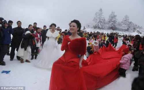 """Đám cưới """"cổ tích"""" của 30 cặp đôi giữa trắng trời tuyết - Ảnh 4"""