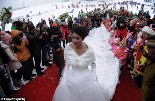 """Đám cưới """"cổ tích"""" của 30 cặp đôi giữa trắng trời tuyết - Ảnh 5"""
