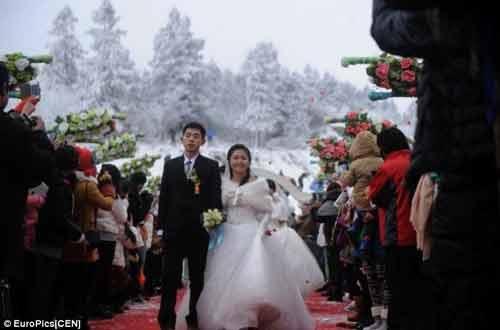 """Đám cưới """"cổ tích"""" của 30 cặp đôi giữa trắng trời tuyết - Ảnh 6"""