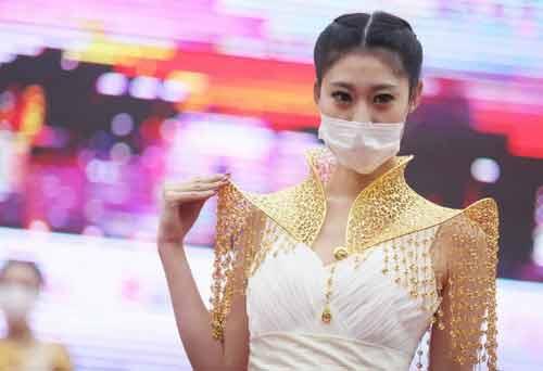 Trung Quốc: Ô nhiễm trầm trọng, người mẫu phải đeo khẩu trang trình diễn - Ảnh 1