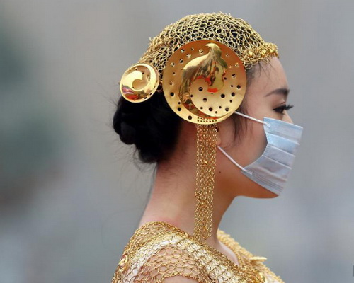 Trung Quốc: Ô nhiễm trầm trọng, người mẫu phải đeo khẩu trang trình diễn - Ảnh 2