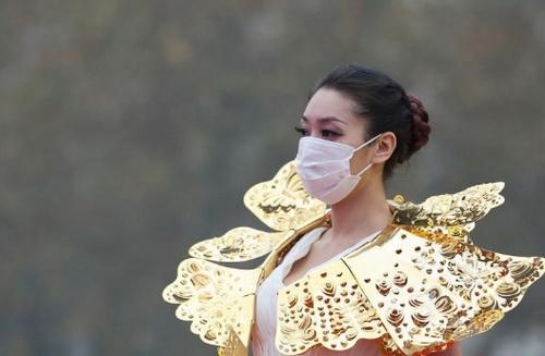 Trung Quốc: Ô nhiễm trầm trọng, người mẫu phải đeo khẩu trang trình diễn - Ảnh 3