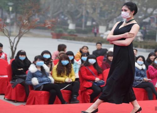 Trung Quốc: Ô nhiễm trầm trọng, người mẫu phải đeo khẩu trang trình diễn - Ảnh 4