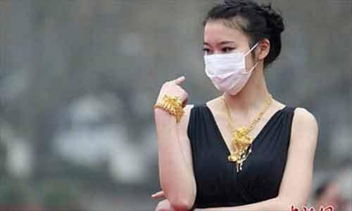 Trung Quốc: Ô nhiễm trầm trọng, người mẫu phải đeo khẩu trang trình diễn - Ảnh 5
