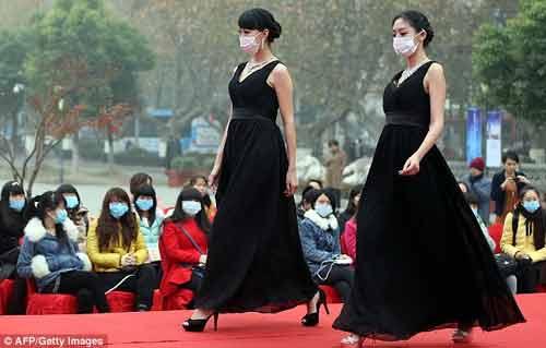 Trung Quốc: Ô nhiễm trầm trọng, người mẫu phải đeo khẩu trang trình diễn - Ảnh 6