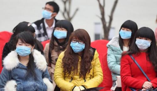 Trung Quốc: Ô nhiễm trầm trọng, người mẫu phải đeo khẩu trang trình diễn - Ảnh 7