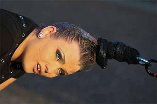 Ấn tượng màn biểu diễn cô gái dùng tóc kéo xe hơi nặng 4 tấn - Ảnh 1