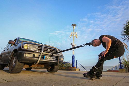 Ấn tượng màn biểu diễn cô gái dùng tóc kéo xe hơi nặng 4 tấn - Ảnh 3