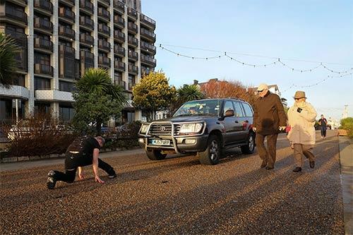 Ấn tượng màn biểu diễn cô gái dùng tóc kéo xe hơi nặng 4 tấn - Ảnh 5