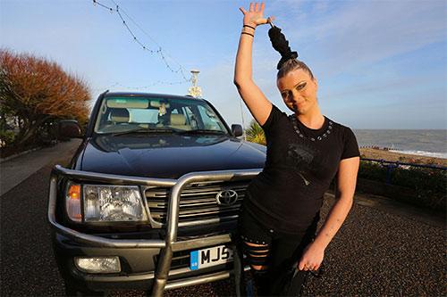 Ấn tượng màn biểu diễn cô gái dùng tóc kéo xe hơi nặng 4 tấn - Ảnh 6