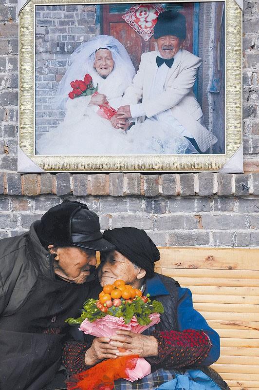 Vợ chồng hơn 100 tuổi thể hiện tình yêu ngày Valentine - Ảnh 1