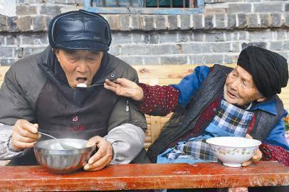 Vợ chồng hơn 100 tuổi thể hiện tình yêu ngày Valentine - Ảnh 2
