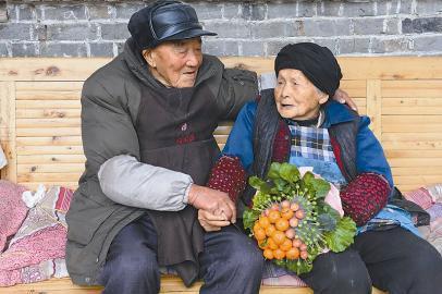 Vợ chồng hơn 100 tuổi thể hiện tình yêu ngày Valentine - Ảnh 3