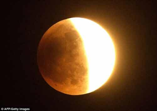 """Clip: Toàn cảnh hiện tượng """"Mặt trăng máu"""" hôm nay - Ảnh 4"""