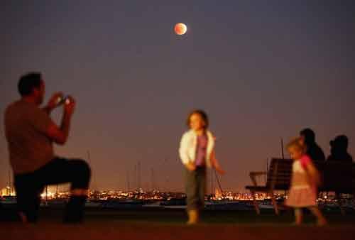 """Clip: Toàn cảnh hiện tượng """"Mặt trăng máu"""" hôm nay - Ảnh 1"""