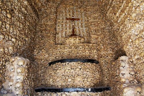 Khám phá những công trình được xây dựng bằng xương, đầu lâu người - Ảnh 2