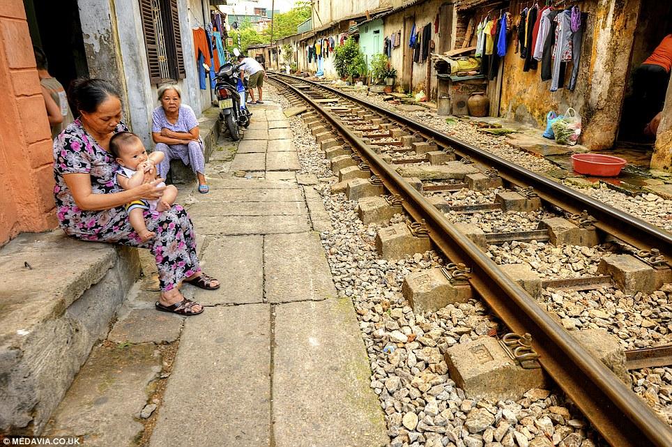 Cảnh người  dân Việt sinh hoạt ngay cạnh đường sắt lên báo Tây - Ảnh 2