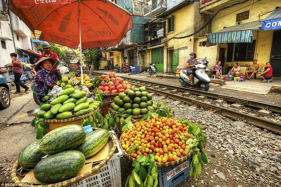 Cảnh người  dân Việt sinh hoạt ngay cạnh đường sắt lên báo Tây - Ảnh 3