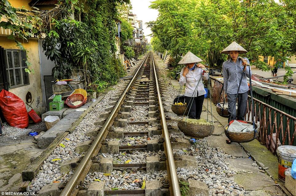 Cảnh người  dân Việt sinh hoạt ngay cạnh đường sắt lên báo Tây - Ảnh 4