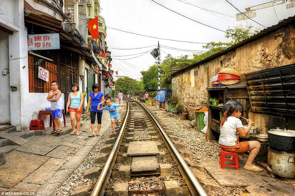 Cảnh người  dân Việt sinh hoạt ngay cạnh đường sắt lên báo Tây - Ảnh 6