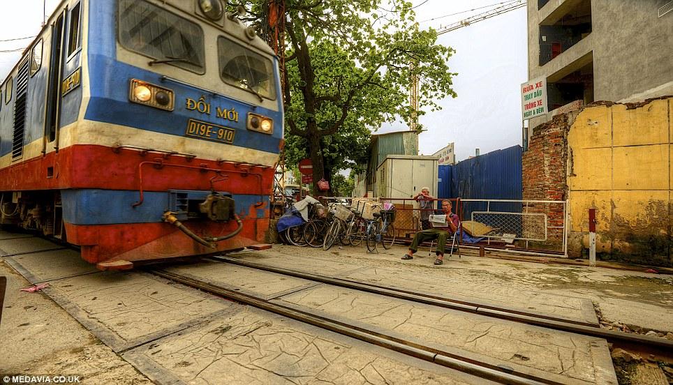 Cảnh người  dân Việt sinh hoạt ngay cạnh đường sắt lên báo Tây - Ảnh 7