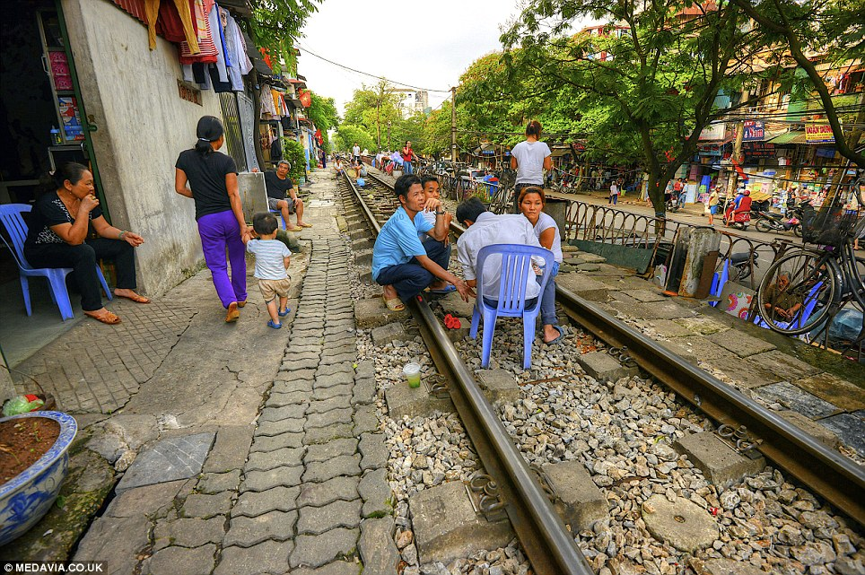 Cảnh người  dân Việt sinh hoạt ngay cạnh đường sắt lên báo Tây - Ảnh 8