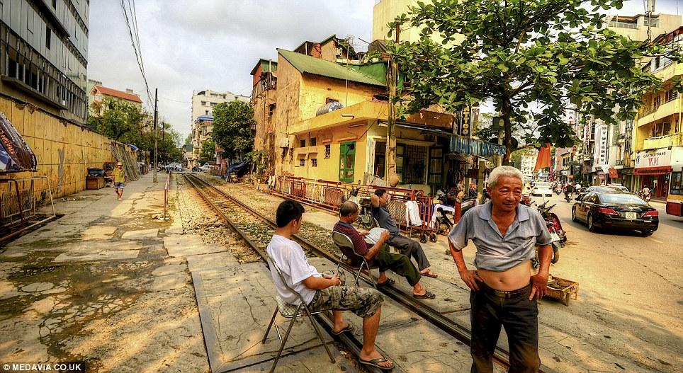 Cảnh người  dân Việt sinh hoạt ngay cạnh đường sắt lên báo Tây - Ảnh 9