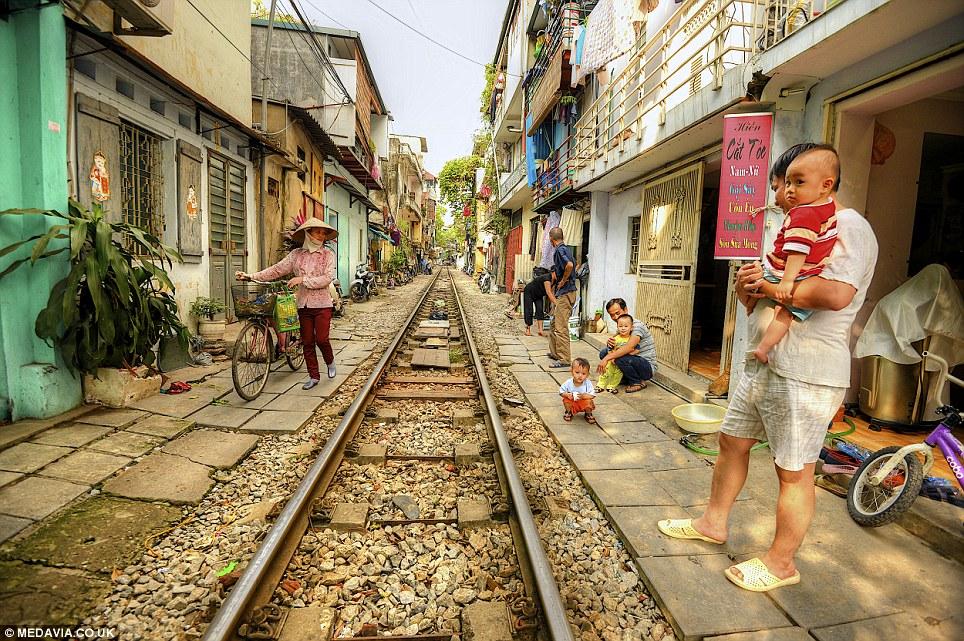 Cảnh người  dân Việt sinh hoạt ngay cạnh đường sắt lên báo Tây - Ảnh 12