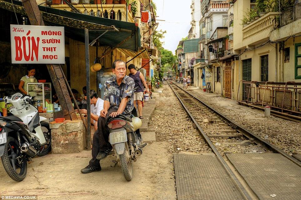 Cảnh người  dân Việt sinh hoạt ngay cạnh đường sắt lên báo Tây - Ảnh 11