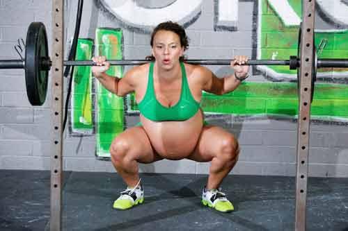 Bà bầu vẫn nâng tạ nặng gần 100 kg  trước khi sinh 2 ngày - Ảnh 1