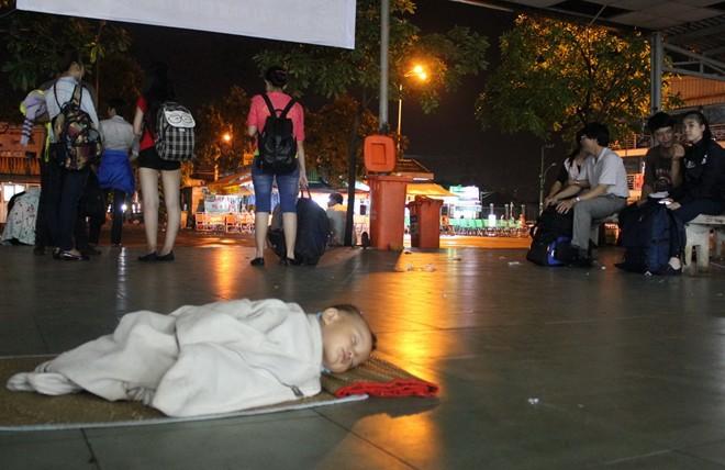 Xót xa 2 em bé ngủ dưới sàn nhà chờ bến xe Miền Đông - Ảnh 1