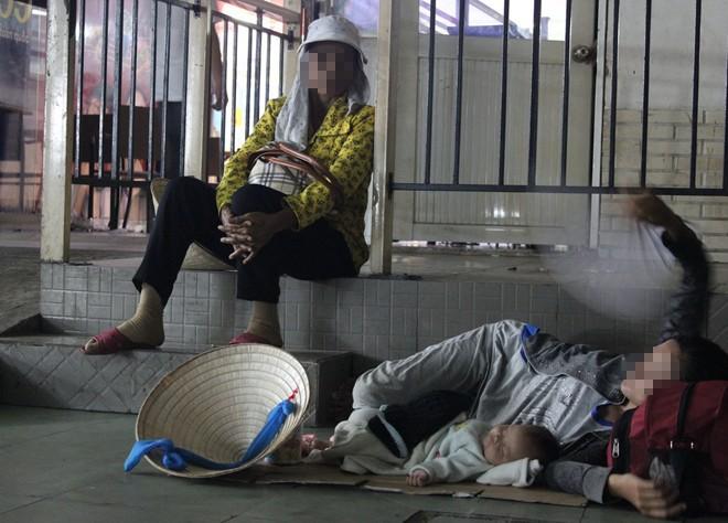 Xót xa 2 em bé ngủ dưới sàn nhà chờ bến xe Miền Đông - Ảnh 3