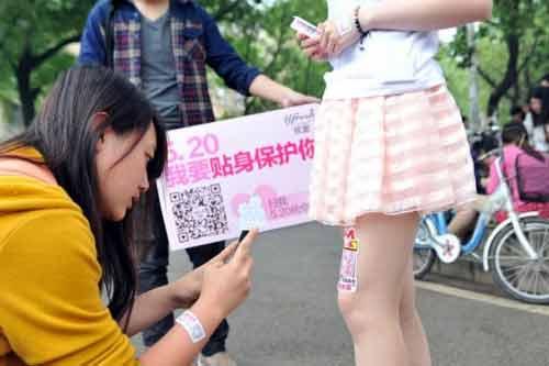 Nữ sinh Trung Quốc đua nhau cho thuê đùi để quảng cáo - Ảnh 2