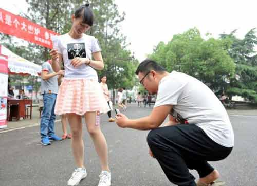 Nữ sinh Trung Quốc đua nhau cho thuê đùi để quảng cáo - Ảnh 4