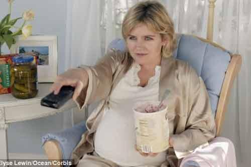 Bà bầu vừa ăn, vừa xem tivi có nhiều khả năng sinh con béo phì - Ảnh 1