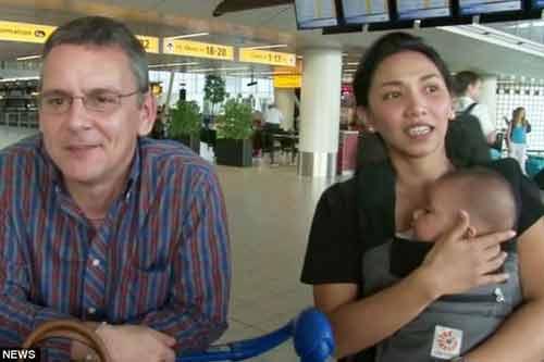 Gia đình người Anh thoát chết nhờ máy bay MH17 không đủ chỗ - Ảnh 1
