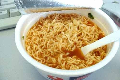 10 mối nguy hại từ mỳ tôm bạn nên tránh - Ảnh 1