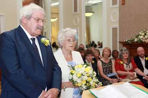 Cặp đôi U80 tổ chức đám cưới sau 42 năm nhận lời cầu hôn - Ảnh 1