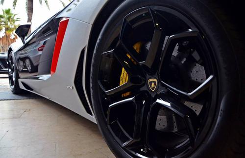 Siêu xe Lamborghini Aventador rực rỡ xuống phố du xuân - Ảnh 3