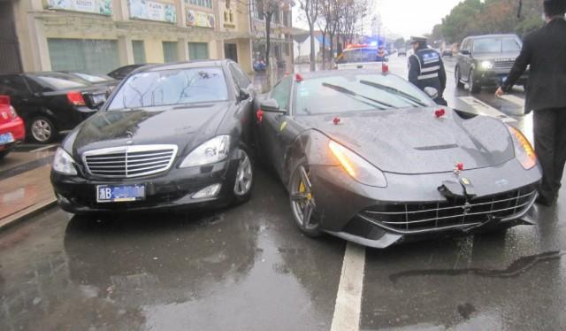 """Xe hoa Ferrari F12 Berlinetta """"hôn"""" Mercedes-Benz S 500 - Ảnh 1"""
