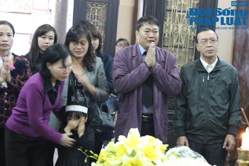 Nước mắt nghẹn đắng trong lễ tang 3 mẹ con người Việt tử nạn MH17 - Ảnh 7