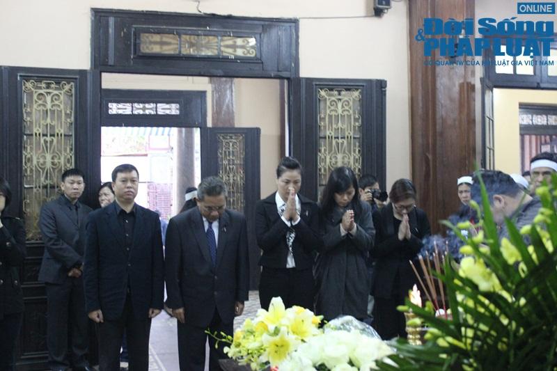 Nước mắt nghẹn đắng trong lễ tang 3 mẹ con người Việt tử nạn MH17 - Ảnh 8