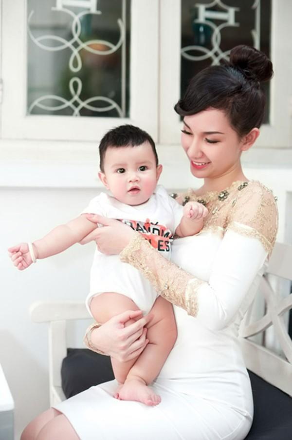 Mê mẩn nhan sắc cựu hot girl Việt làm mẹ nhưng vẫn xinh lung linh - Ảnh 10