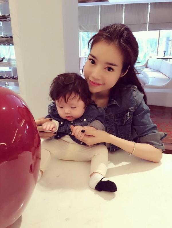 Mê mẩn nhan sắc cựu hot girl Việt làm mẹ nhưng vẫn xinh lung linh - Ảnh 5