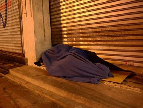 Hà Nội: Xót xa cảnh người nằm co ro trong ATM tránh trời rét buốt - Ảnh 3