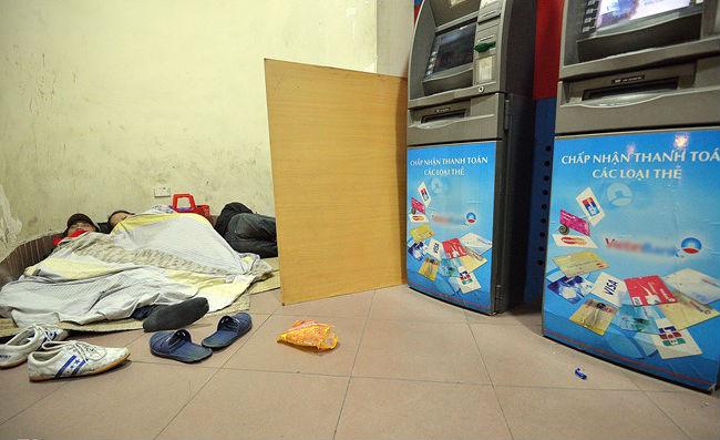 Hà Nội: Xót xa cảnh người nằm co ro trong ATM tránh trời rét buốt - Ảnh 2