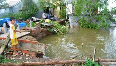 Ba căn nhà rung chuyển, lọt thỏm xuống sông trong đêm - Ảnh 1