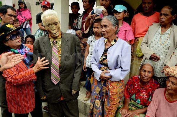 Kỳ lạ chuyện xác chết đi lại, tìm đường về nhà ở Indonesia - Ảnh 4