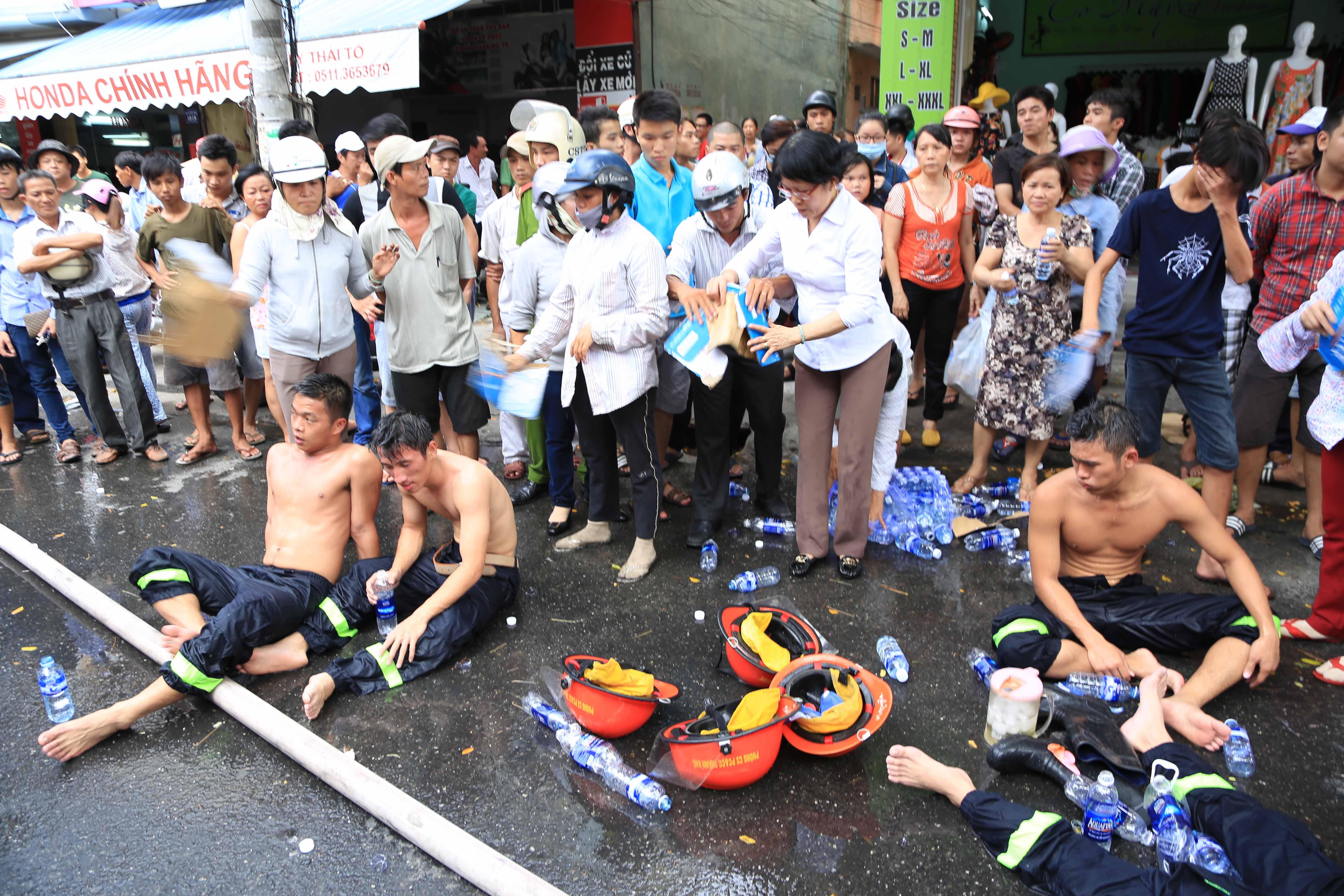 9 chiến sĩ ngạt khí độc trong lúc chữa cháy tại Đà Nẵng - Ảnh 7